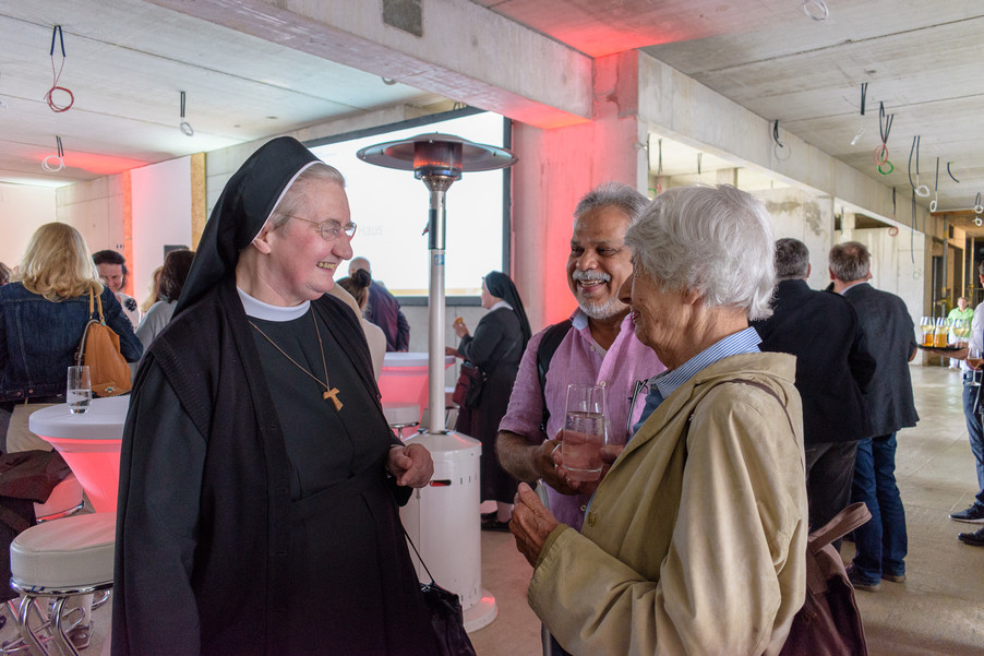 Bild 4 | Grundsteinlegung und Segnung für das Pflegewohnhaus der Franziskanerinnen.An einem der ...