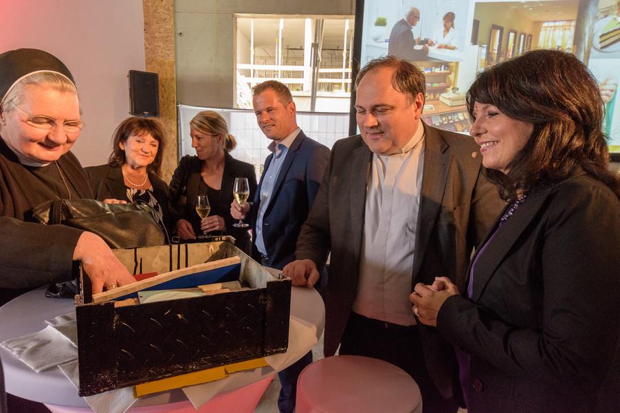 Bild 13 | Grundsteinlegung und Segnung für das Pflegewohnhaus der Franziskanerinnen.An einem der ...