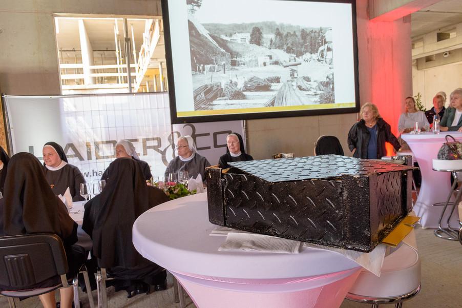Bild 14 | Grundsteinlegung und Segnung für das Pflegewohnhaus der Franziskanerinnen.An einem der ...