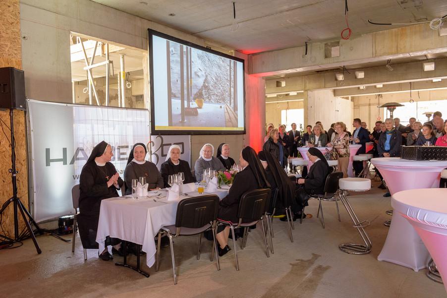 Bild 16 | Grundsteinlegung und Segnung für das Pflegewohnhaus der Franziskanerinnen.An einem der ...