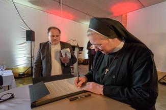 Bild 29 | Grundsteinlegung und Segnung für das Pflegewohnhaus der Franziskanerinnen.An einem der ...