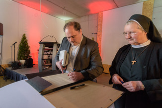 Bild 30 | Grundsteinlegung und Segnung für das Pflegewohnhaus der Franziskanerinnen.An einem der ...