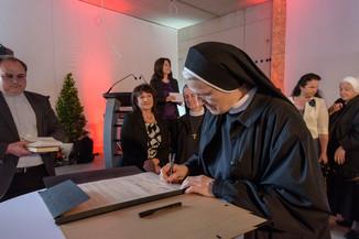 Bild 35 | Grundsteinlegung und Segnung für das Pflegewohnhaus der Franziskanerinnen.An einem der ...