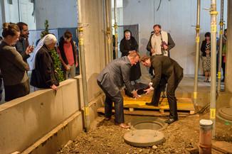 Bild 1 | Grundsteinlegung und Segnung für das Pflegewohnhaus der Franziskanerinnen.  An einem der ...