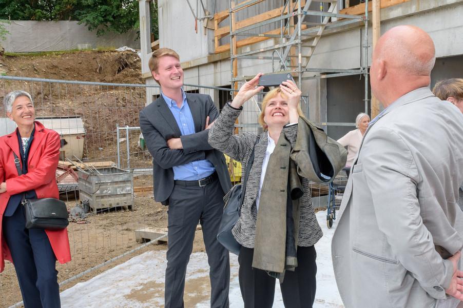 Bild 44 | Grundsteinlegung und Segnung für das Pflegewohnhaus der Franziskanerinnen.An einem der ...