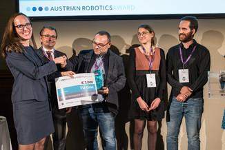 Bild 1   Marlene Halikias, HR-Partnerin bei Grant Thornton, übergibt Kategoriesieger Gerald Steinbauer von ...