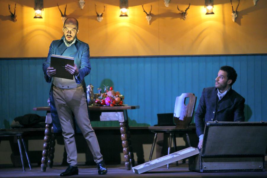 """Bild 2   Filippo Fontana in der Rolle des """"Don Parmenione"""" und  Daniele Antonangeli in der Rolle des ..."""