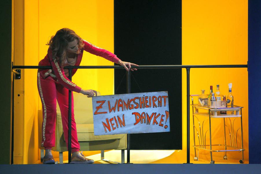 """Bild 4   Alena Sautier in der Rolle der """"Ernestina"""""""