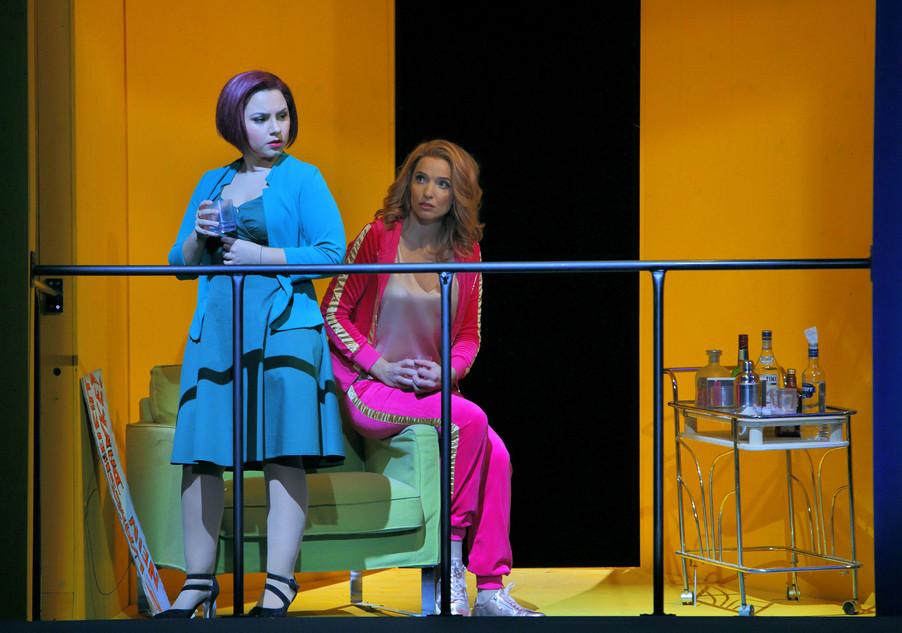 """Bild 6   Barbara Massaro in der Rolle der """"Berenice"""" und Alena Sautier in der Rolle der """"Ernestina"""""""