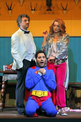 "Bild 13   Silvano Paolillo in der Rolle des ""Don Eusebio"", Daniele Antonangeli in der Rolle des ..."