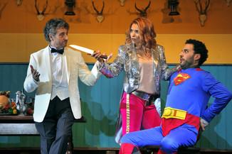 "Bild 14   Silvano Paolillo in der Rolle des ""Don Eusebio"", Alena Sautier in der Rolle der ""Ernestina"" ..."