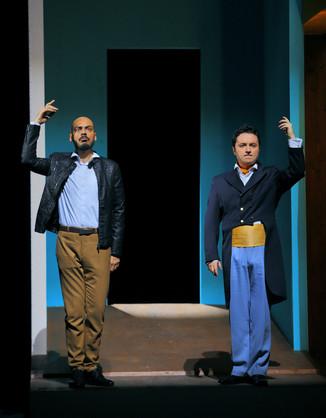 """Bild 15   Filippo Fontana in der Rolle des """"Don Parmenione"""" und  Matteo Macchioni in der Rolle des ..."""