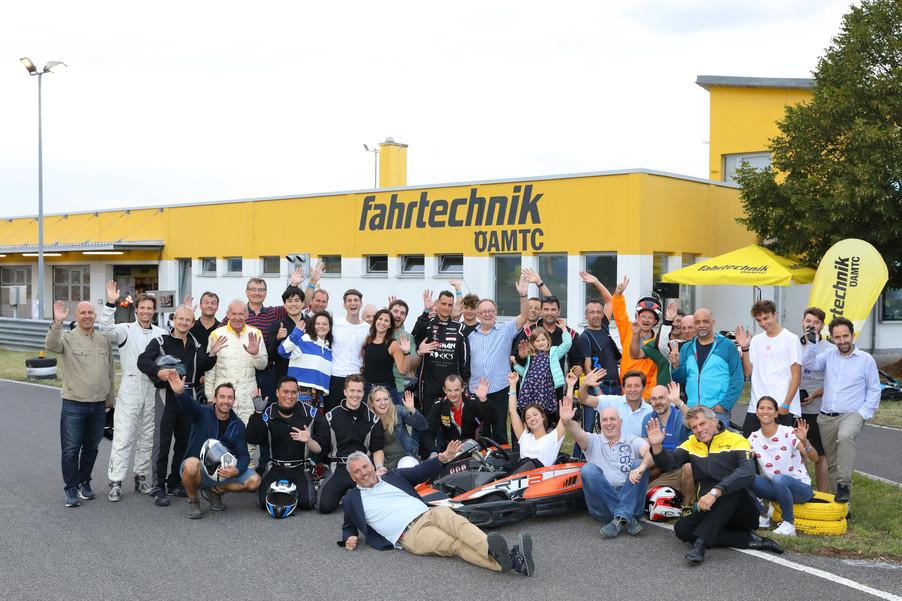 Bild 2   Von der Bühne auf die Kartbahn - Ensemble und Team der Seefestspiele Mörbisch schlüpften am 13. ...