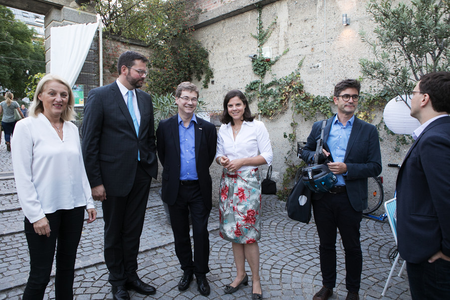 Bild 6   JournalistInnenheuriger mit Europaabgeordneten