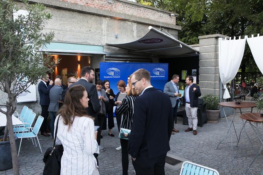 Bild 10   JournalistInnenheuriger mit Europaabgeordneten