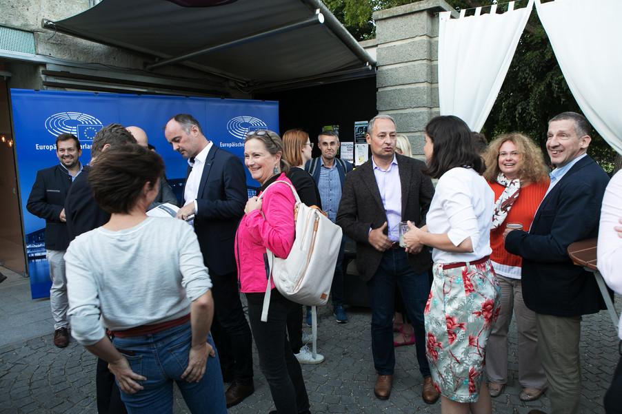 Bild 25   JournalistInnenheuriger mit Europaabgeordneten