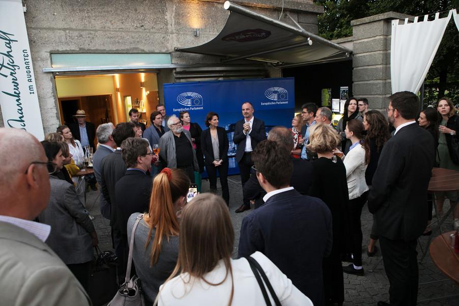 Bild 1   JournalistInnenheuriger mit Europaabgeordneten