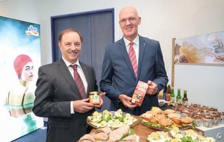 Bild 1   WALS/SALZBURG - 2019-10-24: Bilnazpresseknferenz DM Drogeriemarkt in der Firmenzentrale in Wals bei ...