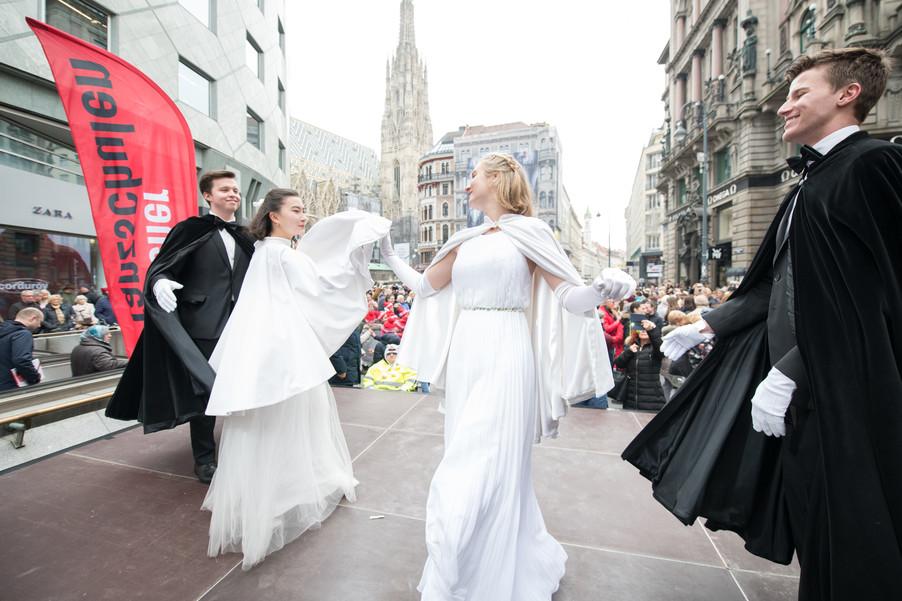 Bild 1   Faschingsbeginn mit den Wiener Tanzschulen: Stephansplatz wird zum größten Open-Air-Tanzsaal ...