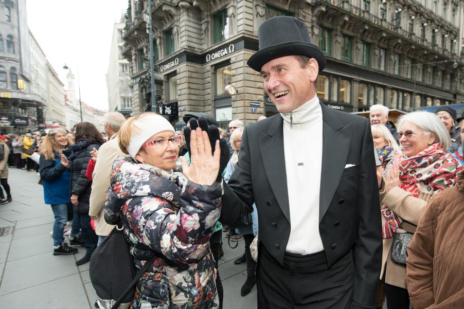 Bild 19   Faschingsbeginn mit den Wiener Tanzschulen: Stephansplatz wird zum größten Open-Air-Tanzsaal ...