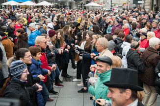 Bild 24   Faschingsbeginn mit den Wiener Tanzschulen: Stephansplatz wird zum größten Open-Air-Tanzsaal ...