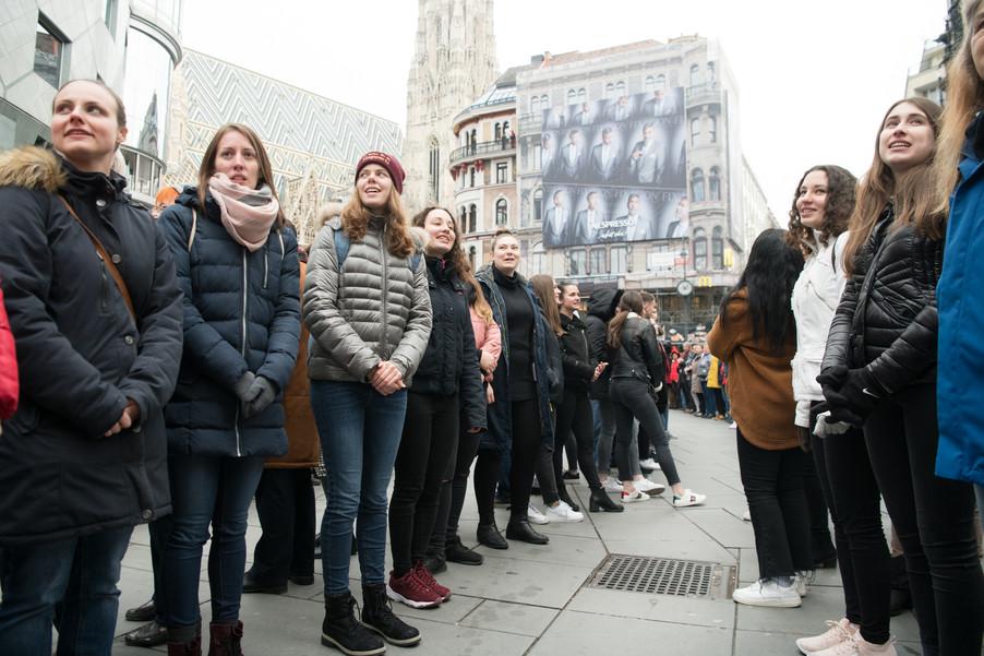 Bild 34   Faschingsbeginn mit den Wiener Tanzschulen: Stephansplatz wird zum größten Open-Air-Tanzsaal ...
