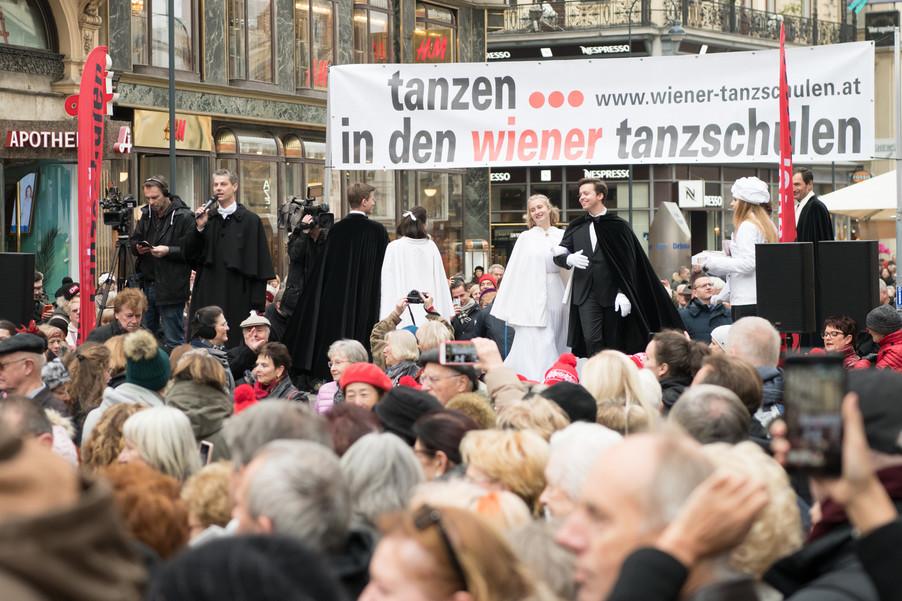 Bild 42   Faschingsbeginn mit den Wiener Tanzschulen: Stephansplatz wird zum größten Open-Air-Tanzsaal ...