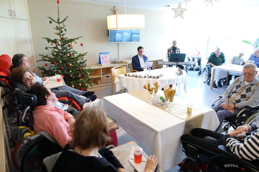 Bild 15   René Rumpold zu Weihnachten im Haus der Barmherzigkeit