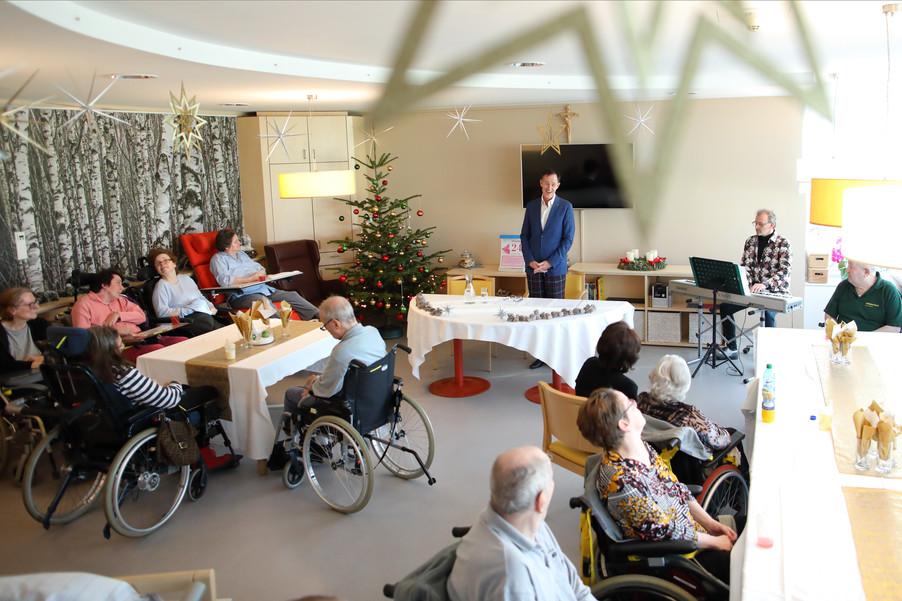 Bild 18   René Rumpold zu Weihnachten im Haus der Barmherzigkeit