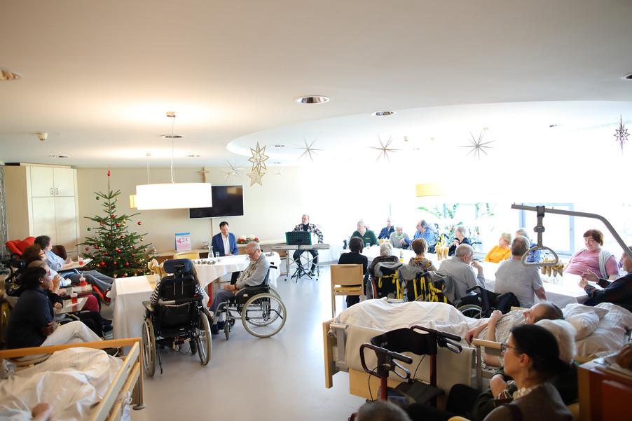 Bild 19   René Rumpold zu Weihnachten im Haus der Barmherzigkeit