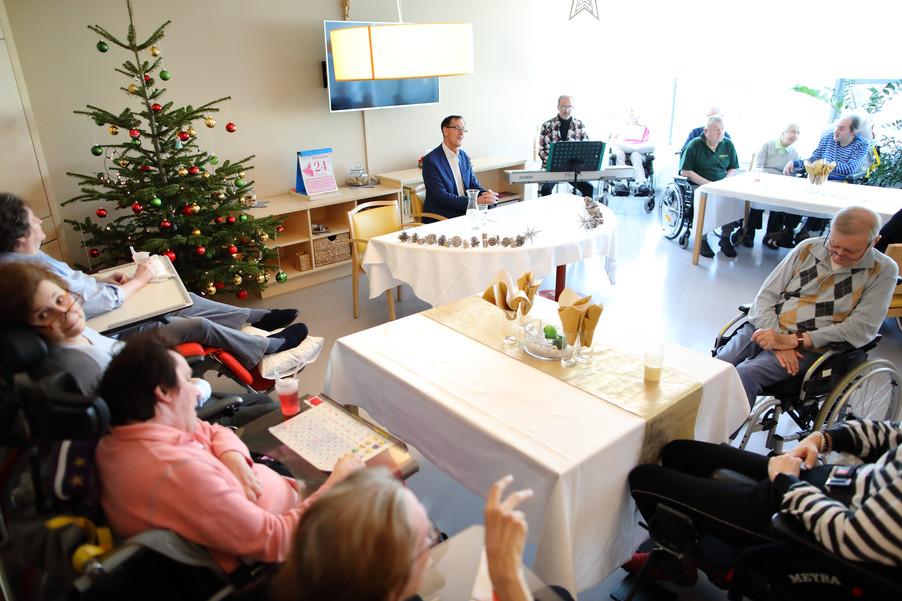 Bild 22   René Rumpold zu Weihnachten im Haus der Barmherzigkeit