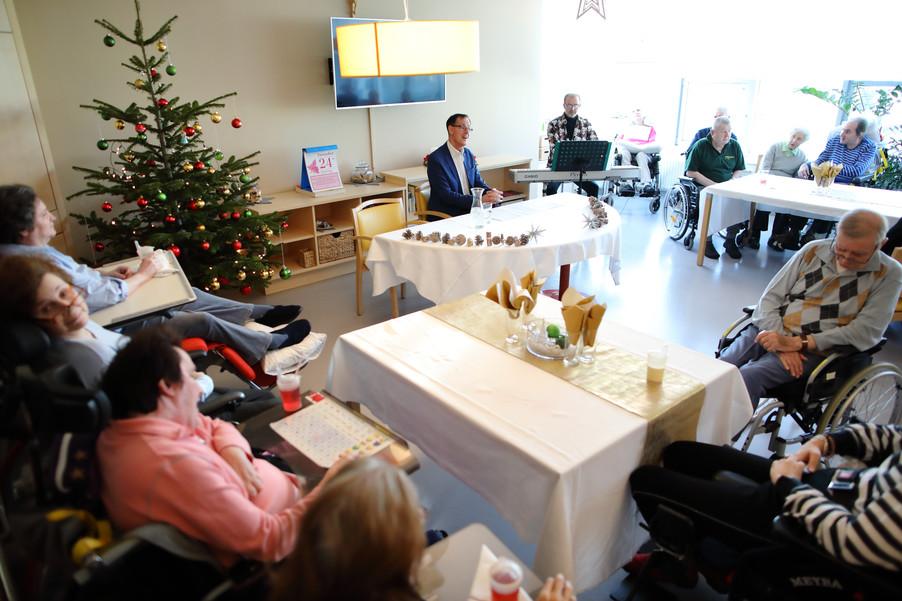 Bild 23   René Rumpold zu Weihnachten im Haus der Barmherzigkeit