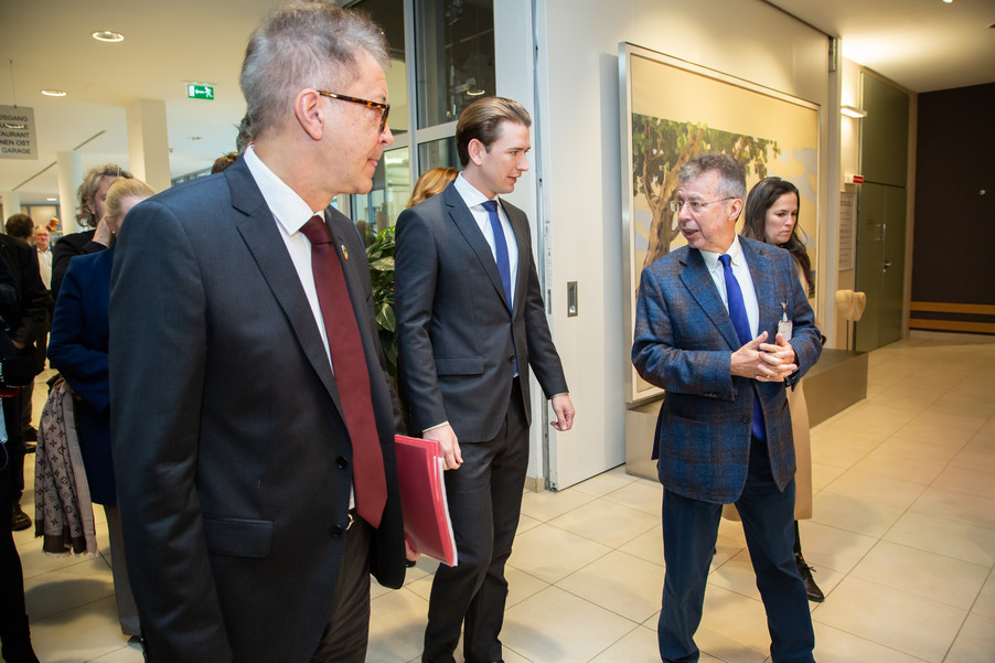 Bild 14 | Bundeskanzler Kurz, Vizekanzler Kogler und Sozialminister Anschober besuchen das Haus der ...
