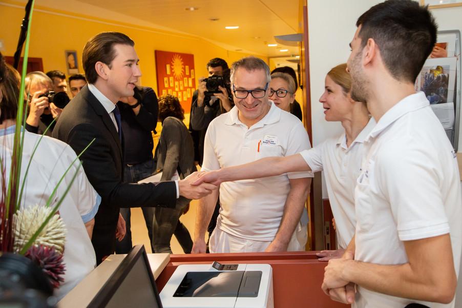 Bild 22 | Bundeskanzler Kurz, Vizekanzler Kogler und Sozialminister Anschober besuchen das Haus der ...