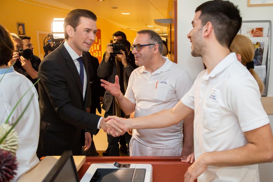 Bild 23 | Bundeskanzler Kurz, Vizekanzler Kogler und Sozialminister Anschober besuchen das Haus der ...