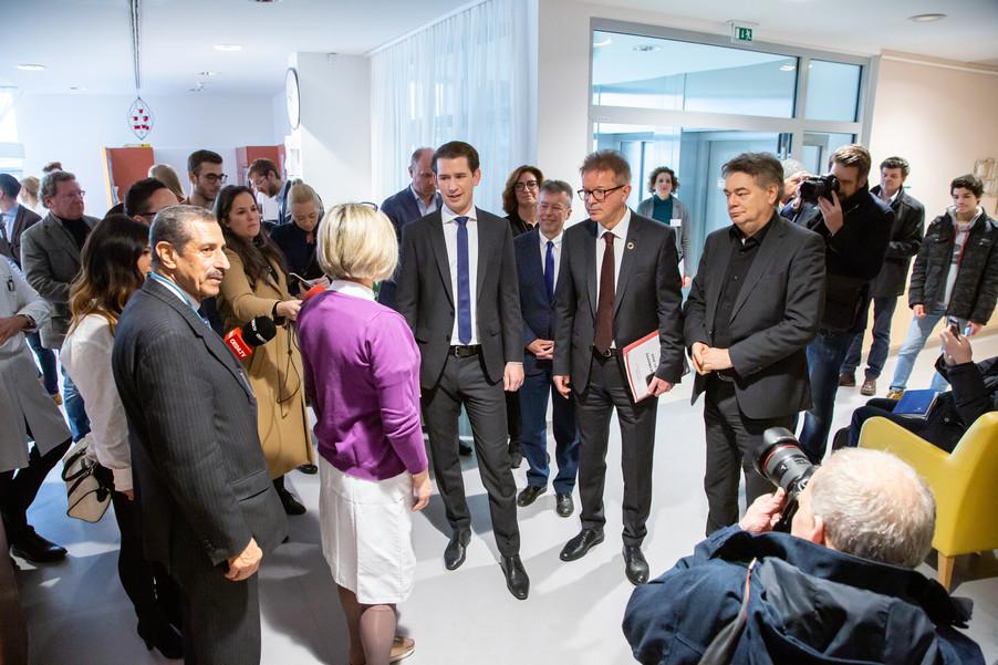 Bild 54 | Bundeskanzler Kurz, Vizekanzler Kogler und Sozialminister Anschober besuchen das Haus der ...