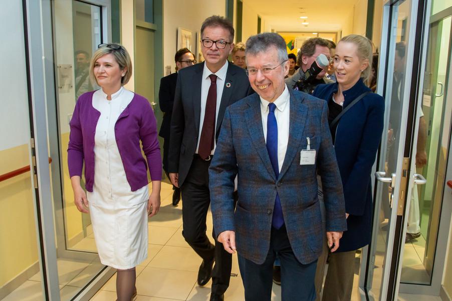Bild 56 | Bundeskanzler Kurz, Vizekanzler Kogler und Sozialminister Anschober besuchen das Haus der ...