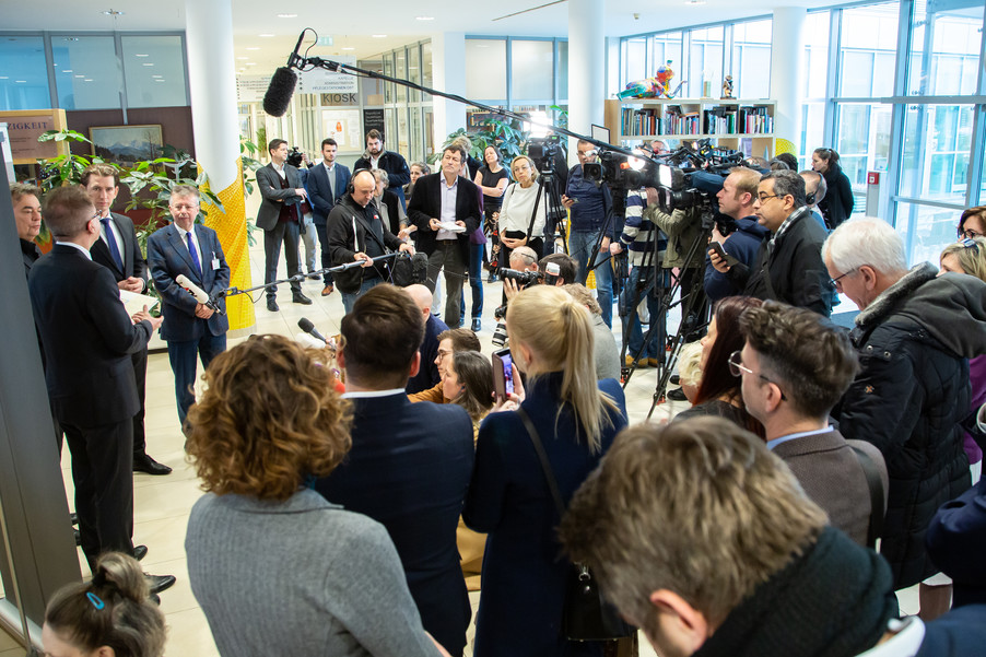 Bild 80 | Bundeskanzler Kurz, Vizekanzler Kogler und Sozialminister Anschober besuchen das Haus der ...