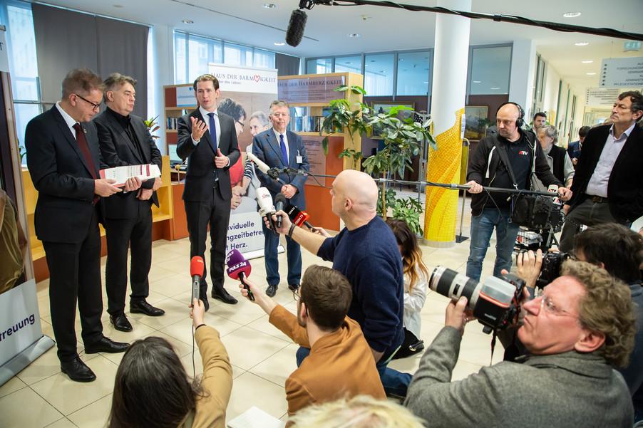 Bild 82 | Bundeskanzler Kurz, Vizekanzler Kogler und Sozialminister Anschober besuchen das Haus der ...