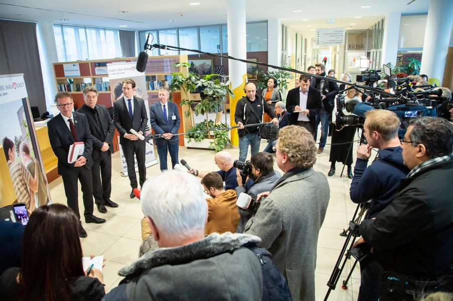 Bild 95 | Bundeskanzler Kurz, Vizekanzler Kogler und Sozialminister Anschober besuchen das Haus der ...