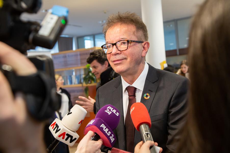 Bild 99 | Bundeskanzler Kurz, Vizekanzler Kogler und Sozialminister Anschober besuchen das Haus der ...