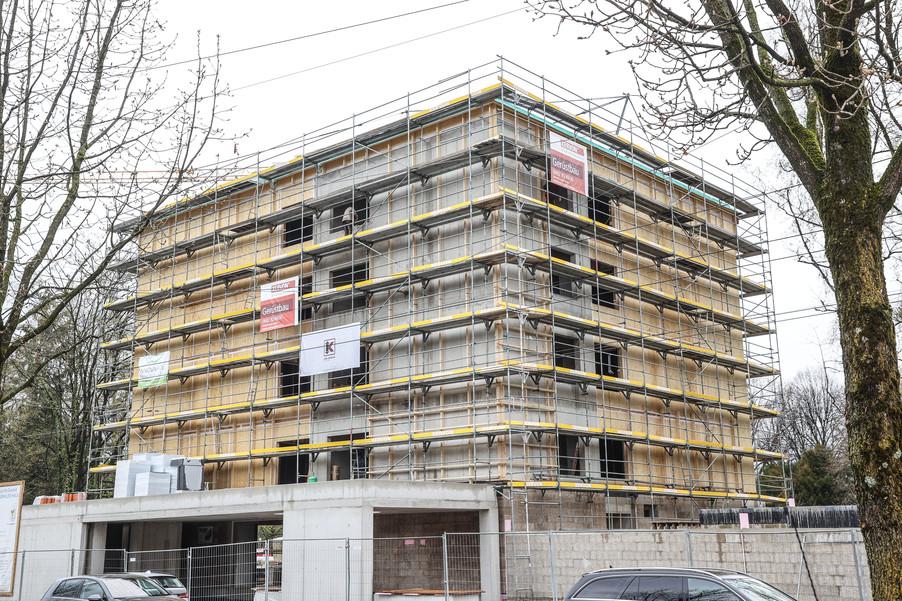 Bild 2   SALZBURG - 2021-04-20: Gleichenfeier für neues Ronald McDonald Kinderhilfe Haus in Salzburg ...