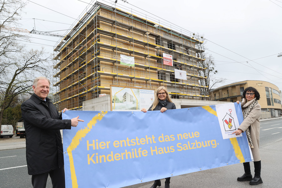 Bild 11   SALZBURG - 2021-04-20: Gleichenfeier für neues Ronald McDonald Kinderhilfe Haus in Salzburg  Im ...