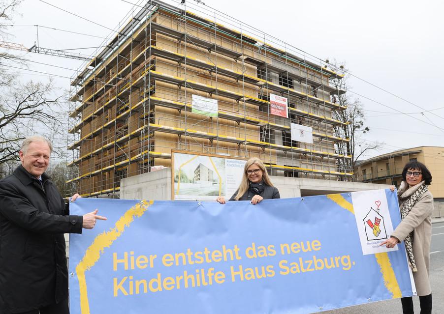 Bild 12   SALZBURG - 2021-04-20: Gleichenfeier für neues Ronald McDonald Kinderhilfe Haus in Salzburg  Im ...