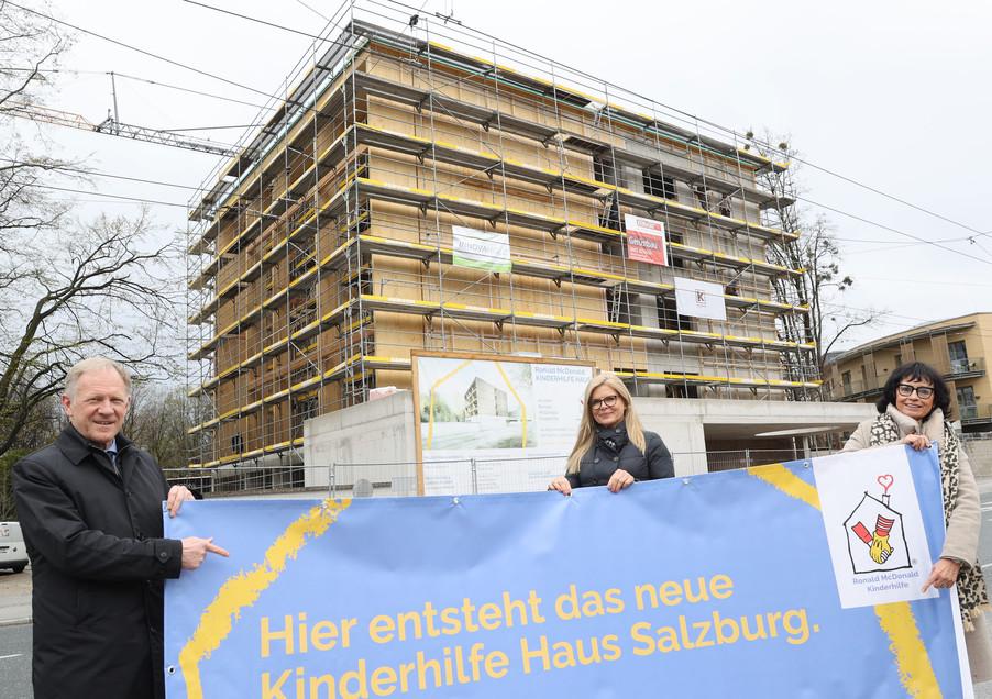 Bild 14   SALZBURG - 2021-04-20: Gleichenfeier für neues Ronald McDonald Kinderhilfe Haus in Salzburg  Im ...