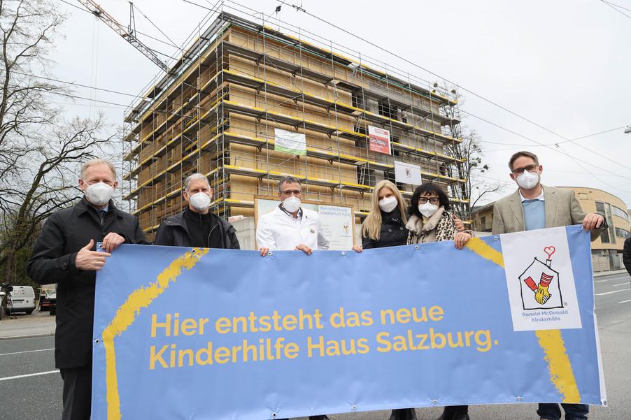 Bild 15   SALZBURG - 2021-04-20: Gleichenfeier für neues Ronald McDonald Kinderhilfe Haus in Salzburg ...