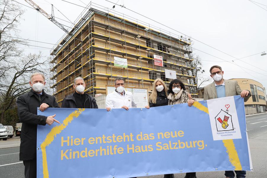 Bild 17   SALZBURG - 2021-04-20: Gleichenfeier für neues Ronald McDonald Kinderhilfe Haus in Salzburg ...