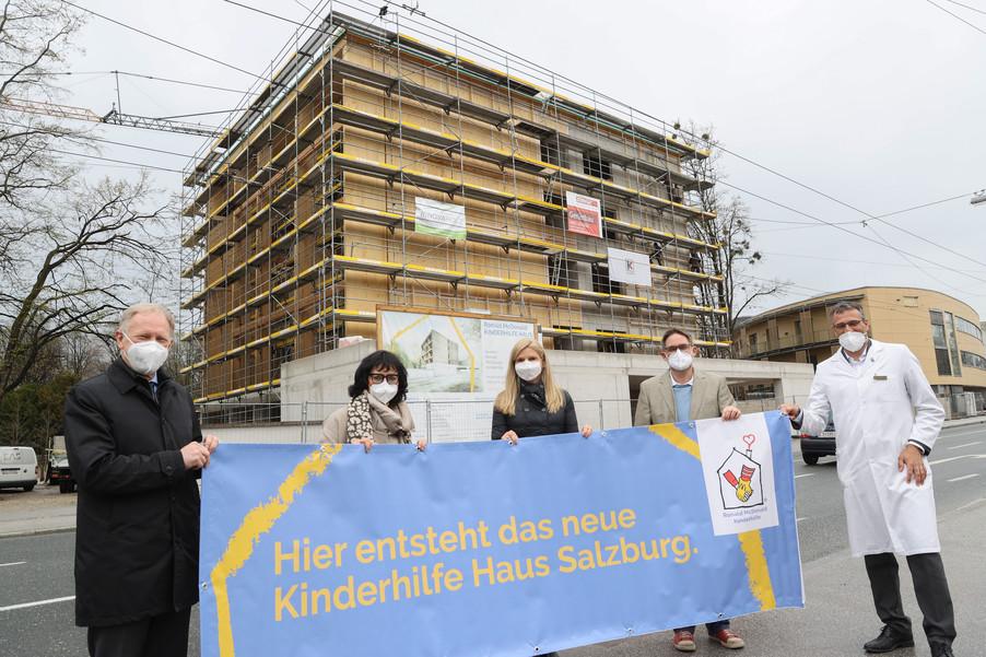 Bild 19   SALZBURG - 2021-04-20: Gleichenfeier für neues Ronald McDonald Kinderhilfe Haus in Salzburg  Im ...