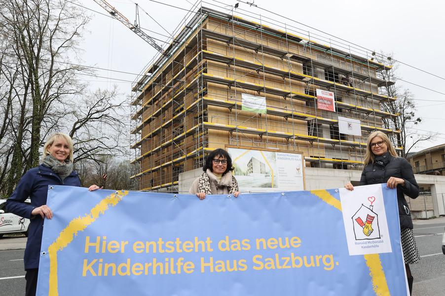 Bild 21   SALZBURG - 2021-04-20: Gleichenfeier für neues Ronald McDonald Kinderhilfe Haus in Salzburg ...