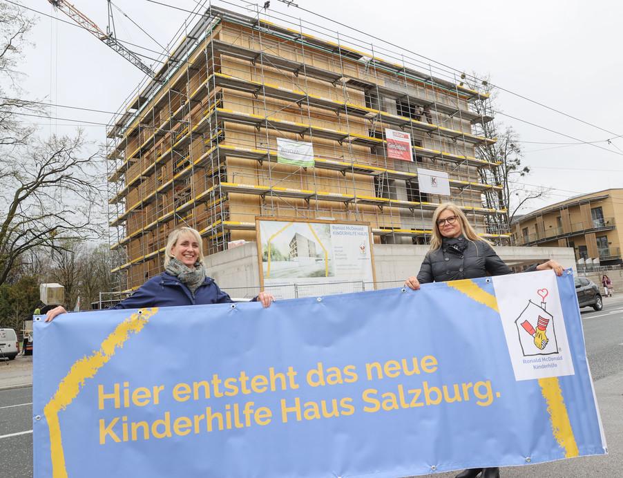 Bild 22   SALZBURG - 2021-04-20: Gleichenfeier für neues Ronald McDonald Kinderhilfe Haus in Salzburg  Im ...